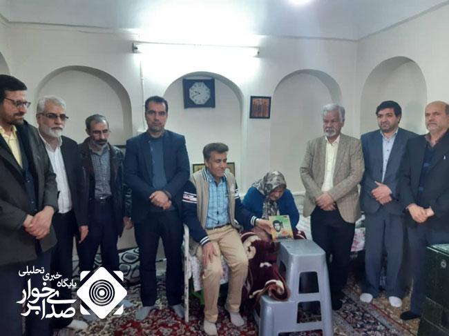مسئولین شهر حبیب آباد با خانواده شهدا دیدار کردند